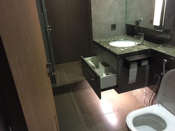 ラウンジのトイレとシャワー