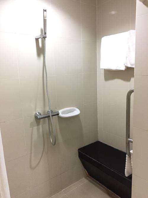 ロイヤルアンコール国際病院の病室のシャワー