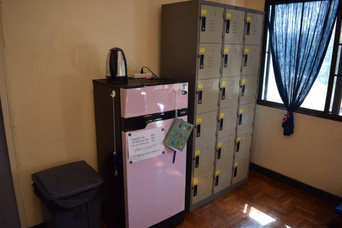 コヤニスカッティ の冷蔵庫とロッカー