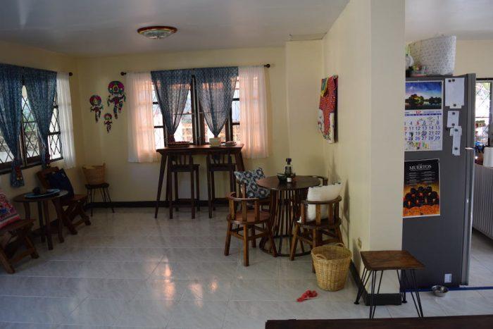 コヤニスカッティ の1階共有スペース