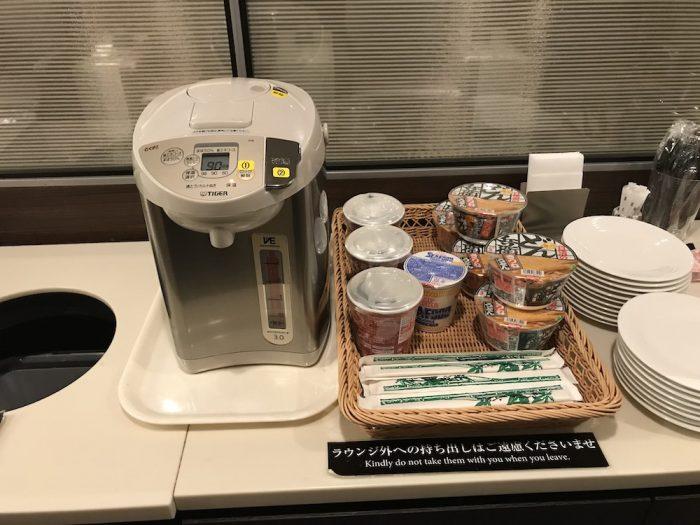 セントレア空港のラウンジの味噌汁とカップヌードル