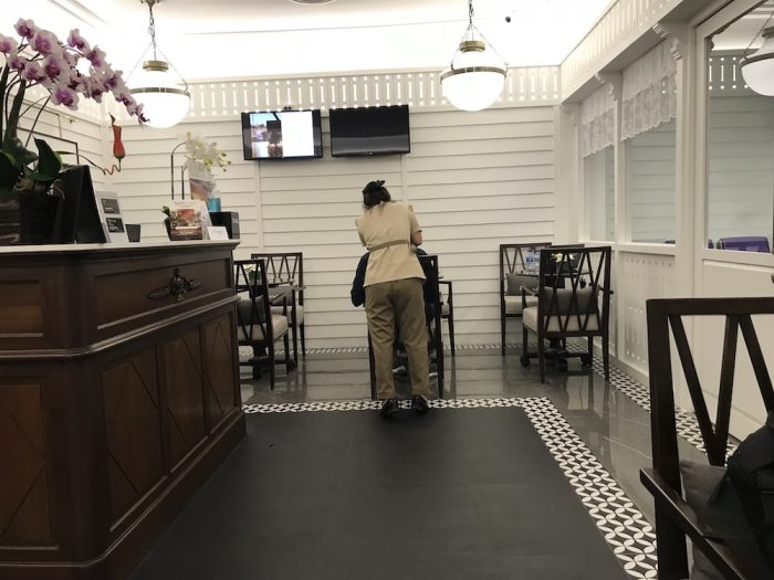 ハジャイ空港ラウンジの受付付近の二人がけテーブル席