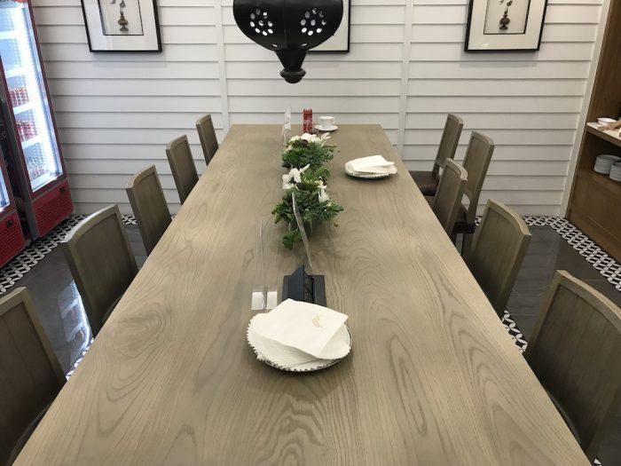ハジャイ空港のラウンジの長テーブル