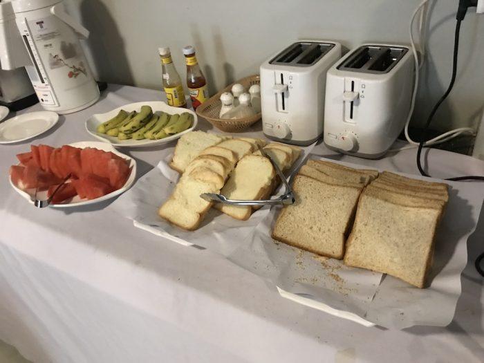 朝食。パンとフルーツ