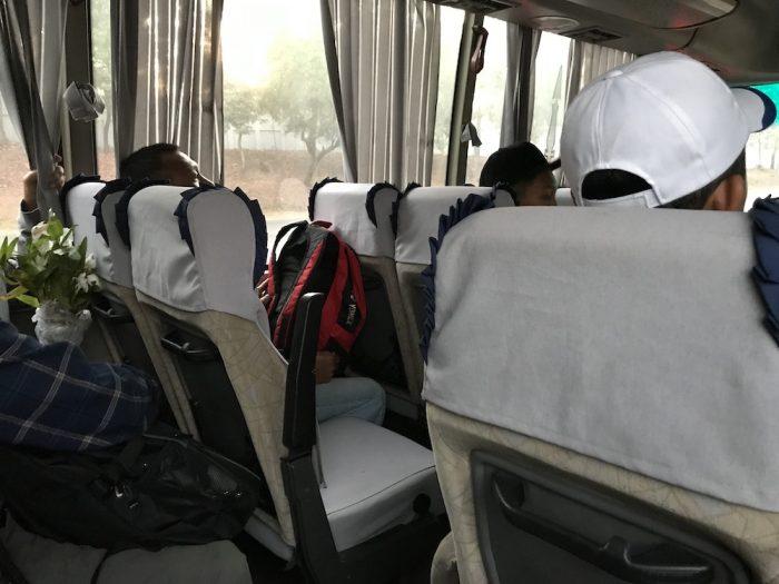 ヤンゴンのダウンタウンまで行く人はここから別のバスに乗り換えます。無料のバスですが、古くて狭いタイプのバス