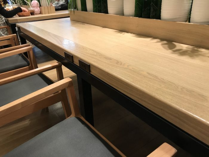 羽田空港国際線モスカフェ電源付きのカウンター席