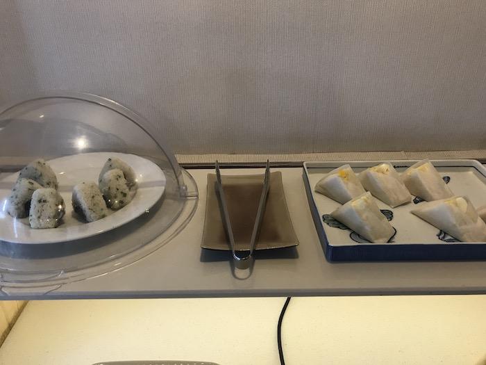 東屋ホテルの朝食 おにぎりとサンドイッチ