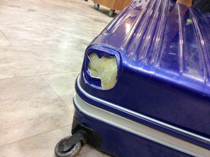 4輪タイプのスーツケース。キャスターが破損。