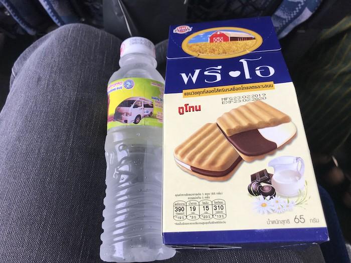 メコンエクスプレスのお菓子と水