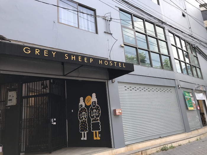 Grey Sheep Hostelの入り口