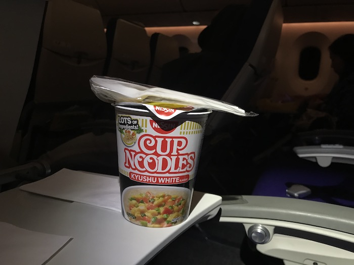 機内食カップヌードル